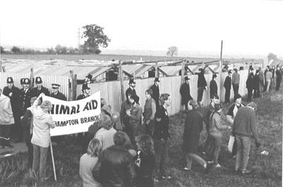 La granja Cocksparrow custodiada de policías.